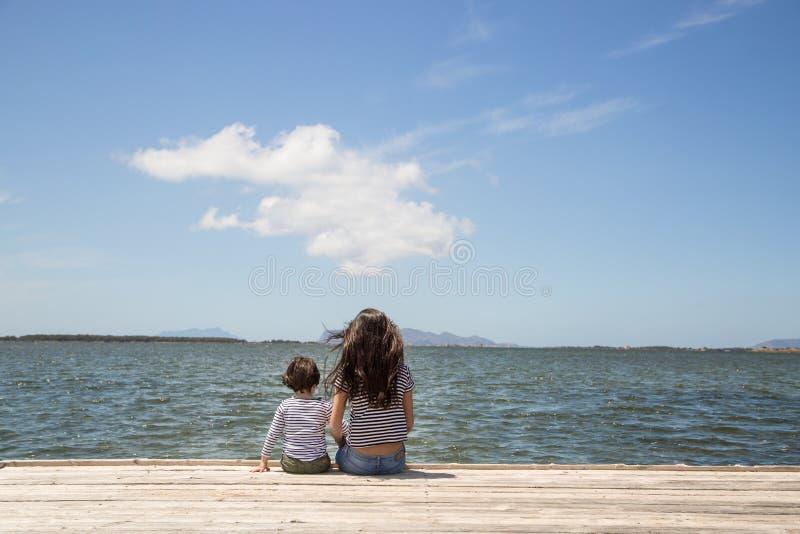 Brother y hermana en el embarcadero foto de archivo libre de regalías