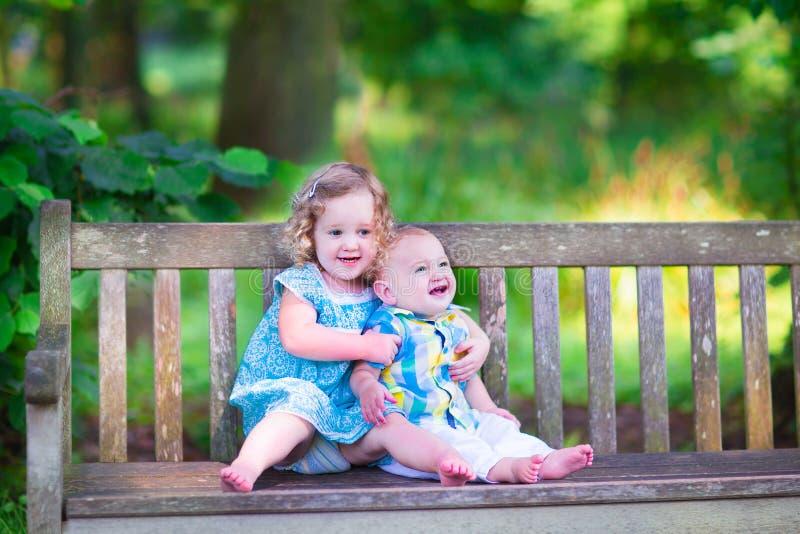 Brother y hermana en un parque fotografía de archivo