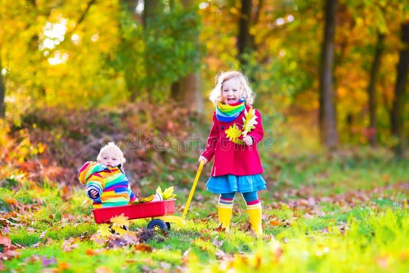 Brother y hermana en un parque del otoño imagen de archivo