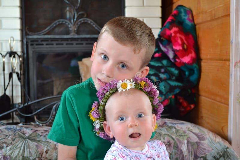 Brother y hermana junto interiores imagenes de archivo