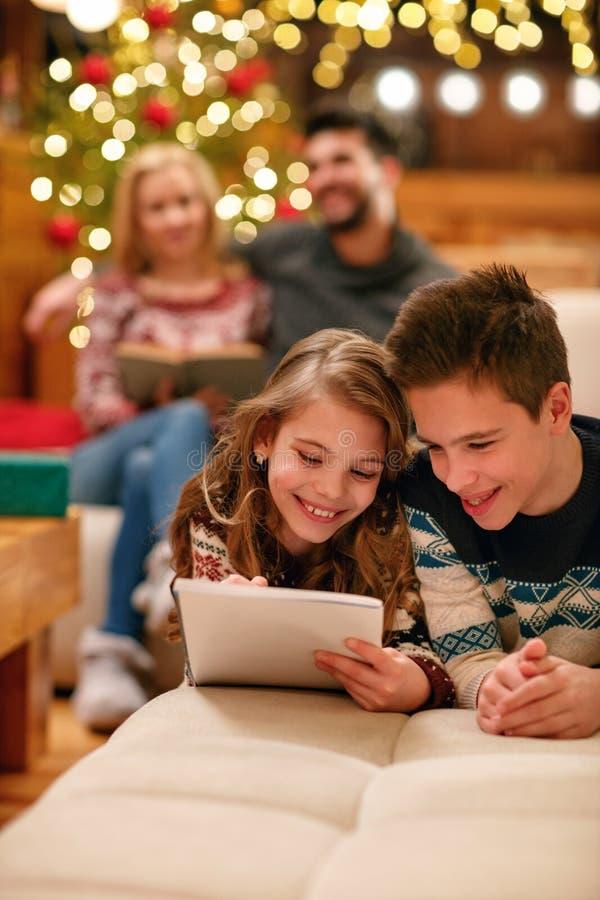 Brother y la hermana que mienten y escribe la letra a Santa Claus para imágenes de archivo libres de regalías