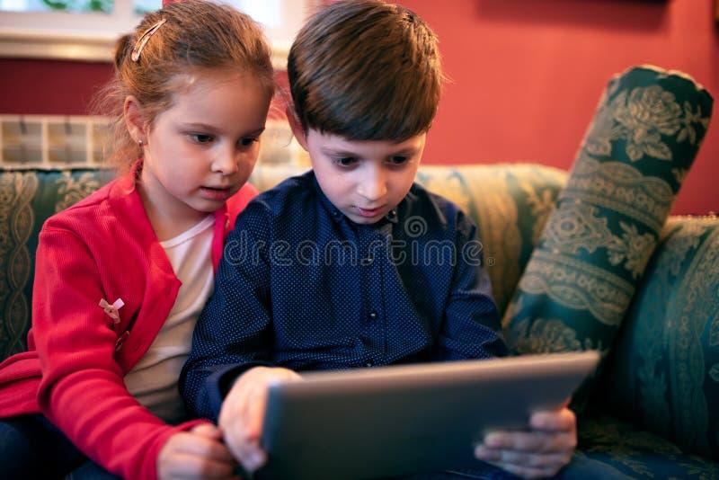 Brother y su hermana que se divierten cierto fotos de archivo libres de regalías