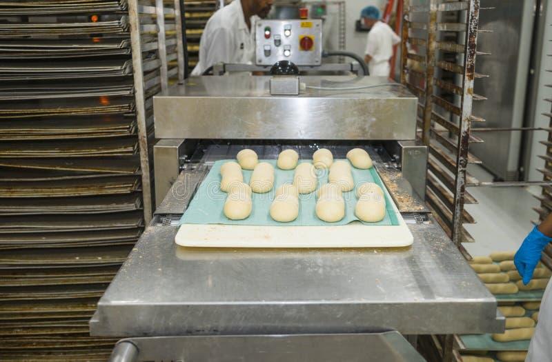 Brotlaib, das Maschine in einer Bäckerei bildet stockfotografie