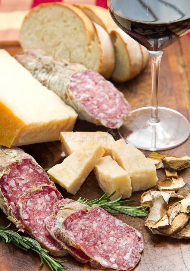 Brotparmesankäseparmesankäse und -salami stockbilder