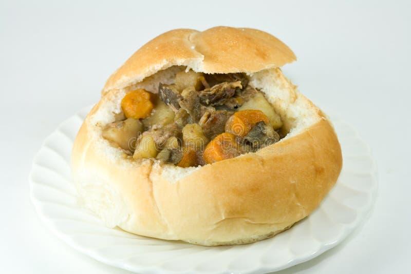 Brotschüssel mit Rindfleischeintopfgericht. stockfoto