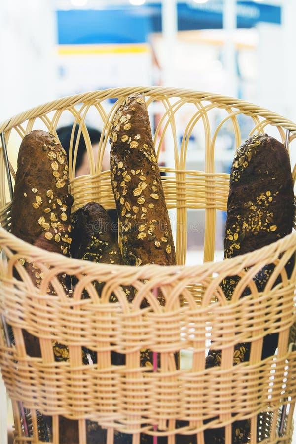 Brotstangenbrote mit muesli in einem Korb im Backen kaufen stockbilder