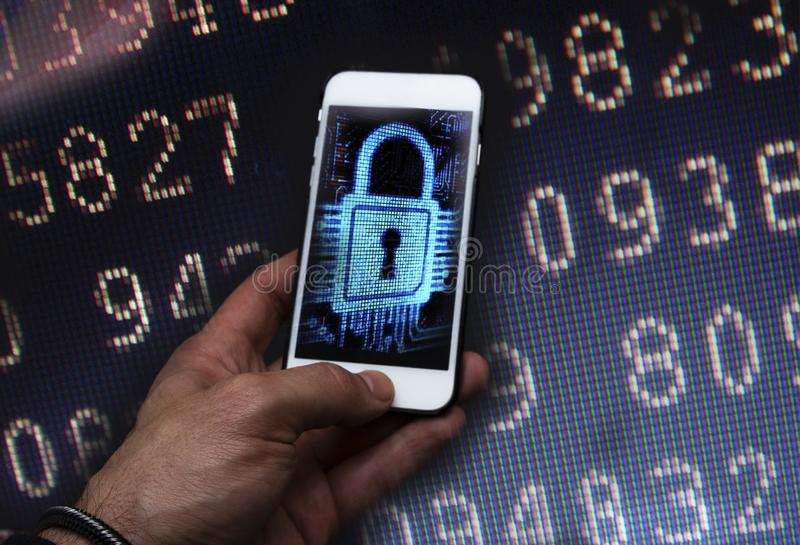 Brotts- en hacker för Cyber som använder mobiltelefonen royaltyfri fotografi