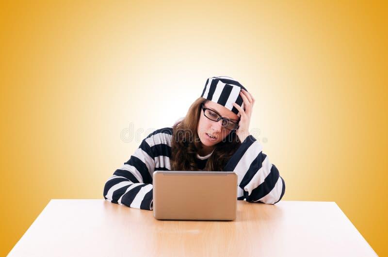 Brottslig en hacker med bärbara datorn på viten royaltyfri foto