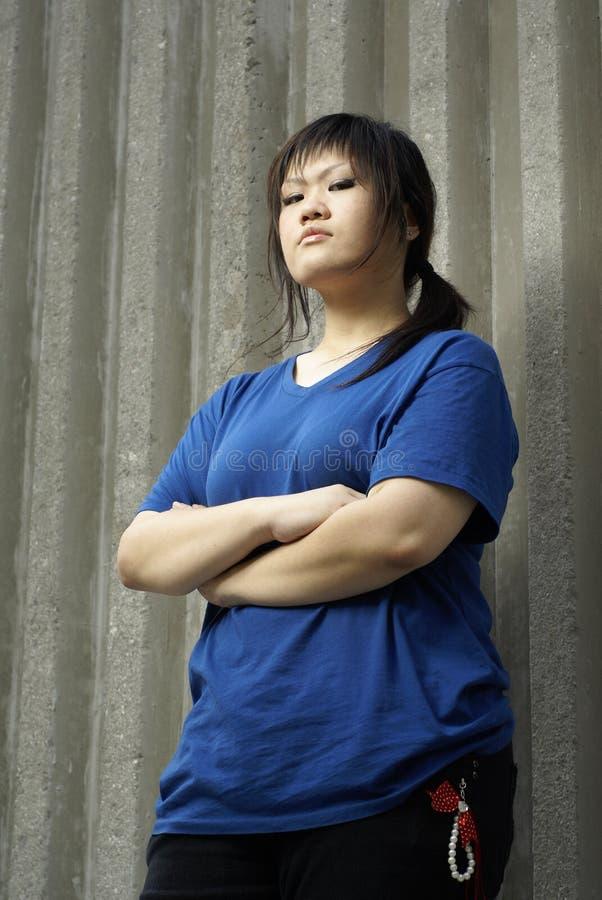brottslig flicka som lutar den teen väggen royaltyfri fotografi