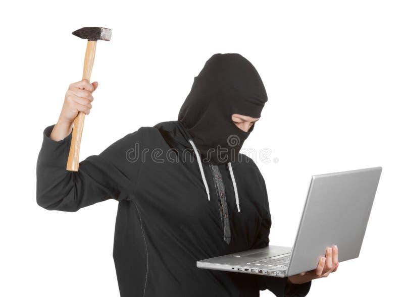 Brottslig kvinnaen hacker som bär Hood On i svartkläder och Balac royaltyfri foto