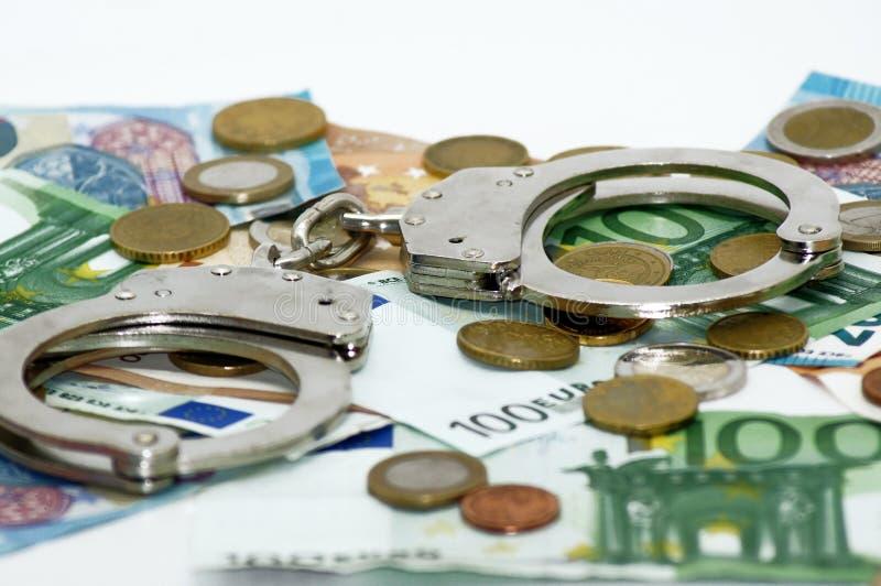 Brottsliga sedlar och handbojor för pengartransaktionseuro royaltyfria foton