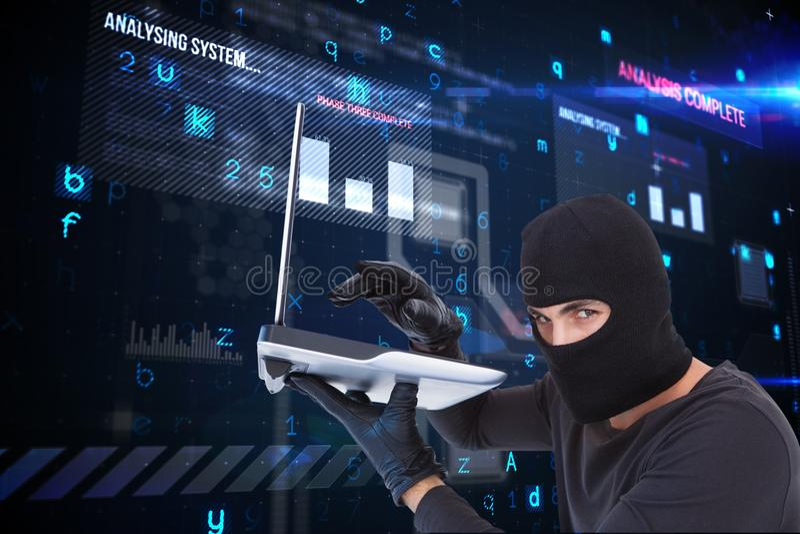 Brottsligt innehav för Cyber en bärbar dator och bära en huv mot matrisbakgrund fotografering för bildbyråer