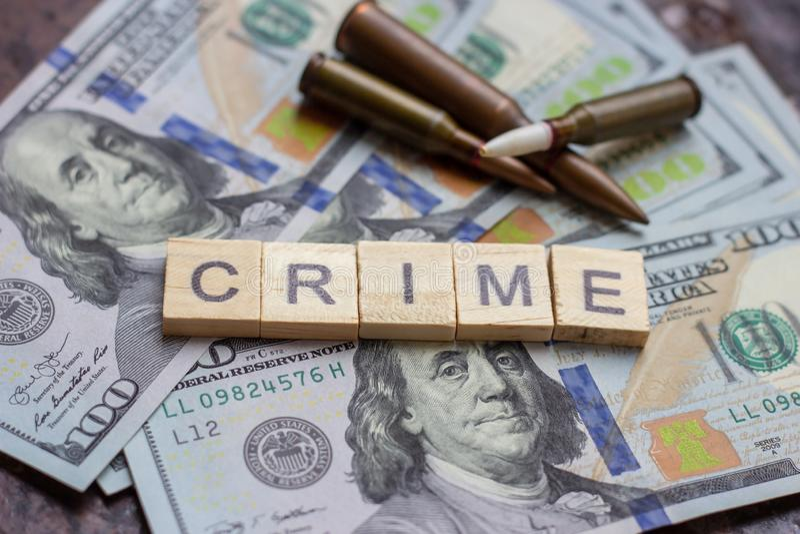 Brottsligt tecken på USA-dollarbakgrund Svart marknad, avtalsdödande, röveri, maffia och brotts- begrepp royaltyfri fotografi