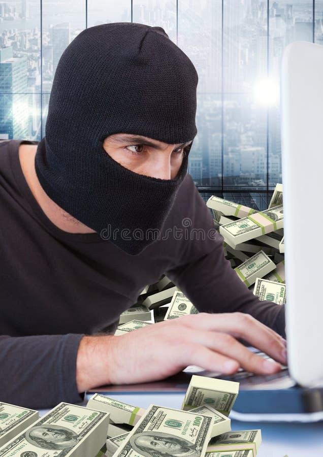 Brottsling i balaclava med bärbara datorn och pengar framme av fönstret royaltyfri fotografi