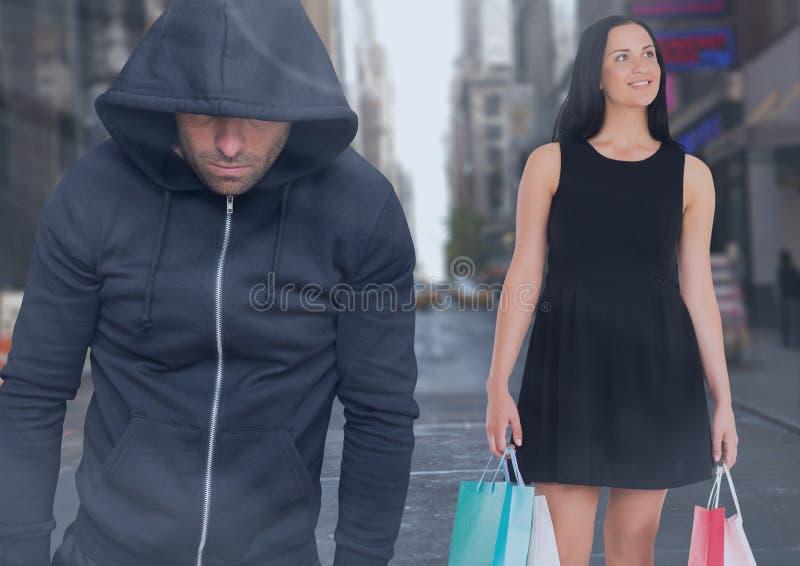 Brottsling i huv framme av stadsgatan och gåkvinnan med shoppingpåsar royaltyfri illustrationer