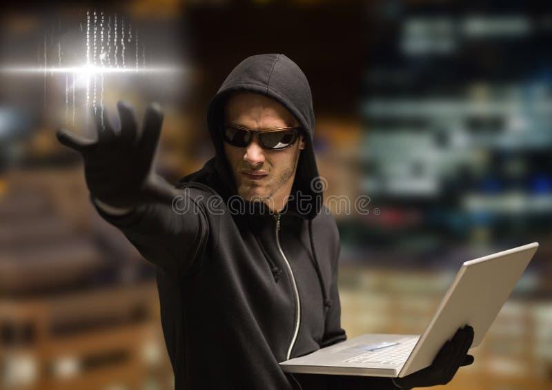 Brottsling i huv på bärbara datorn framme av nattstaden stock illustrationer