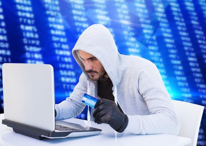 Brottsling i huv på bärbara datorn med kortet som är främst av nummer stock illustrationer