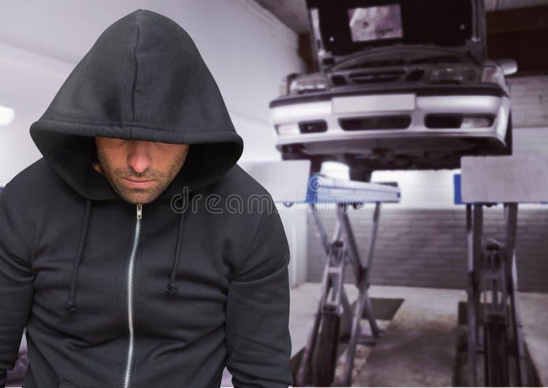Brottsling med huven i bedrägeri för mekaniker för bilstöld arkivbild