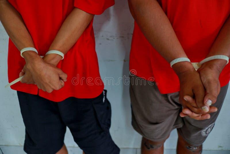 Brottslingar vars händer handfängslas, royaltyfria bilder