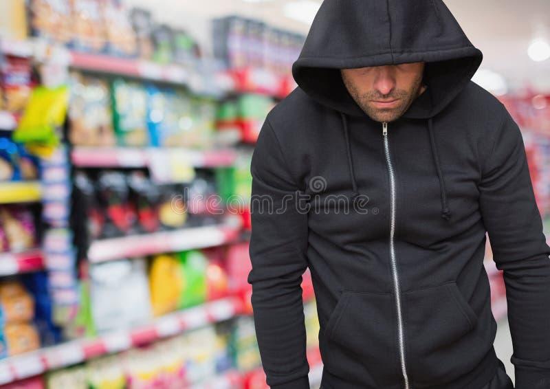 Brottslingen i huv shoppar in lagret royaltyfria bilder