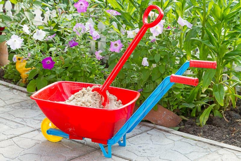 Brouette de jardin avec le sable image stock