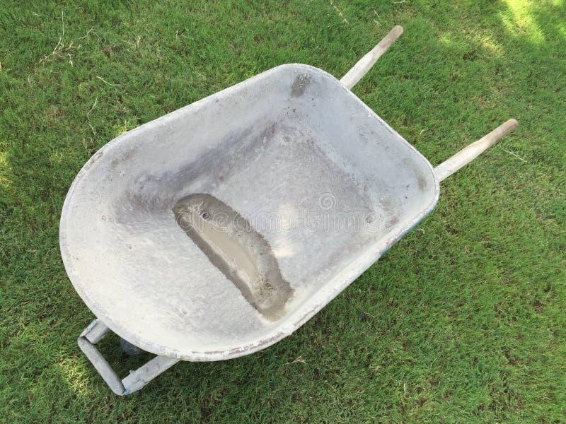 Brouette de roue sur la pelouse photos stock