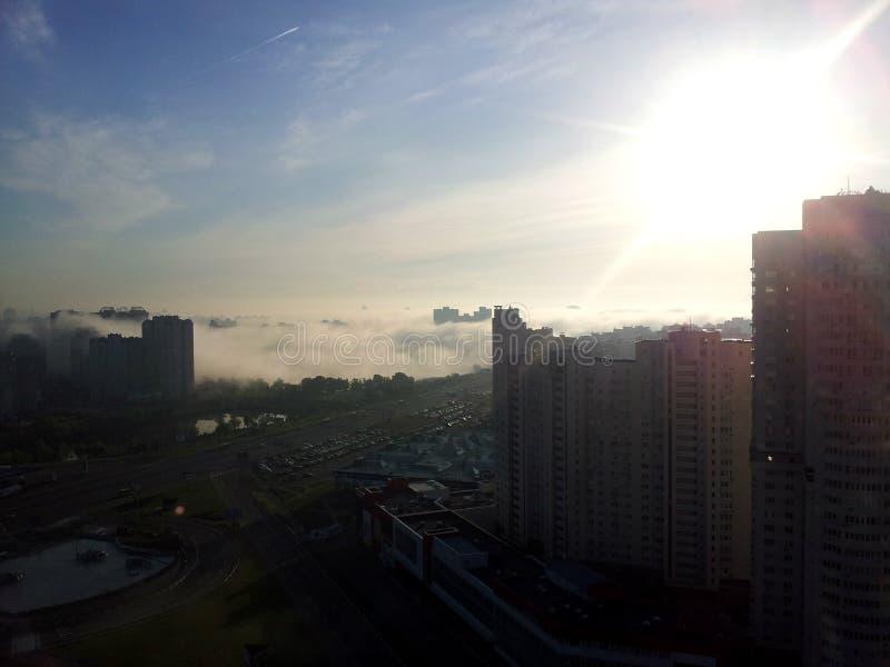 Brouillard au-dessus de Kiev photos libres de droits
