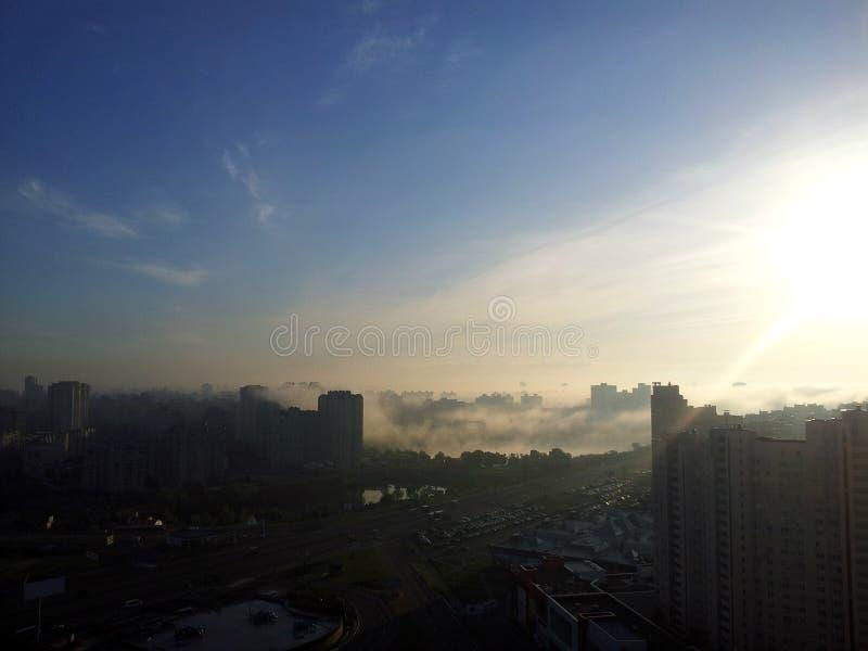 Brouillard au-dessus de Kiev moderne images stock