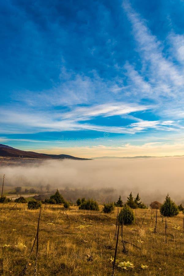 Brouillard au-dessus du prespa de vallée en Macédoine image libre de droits