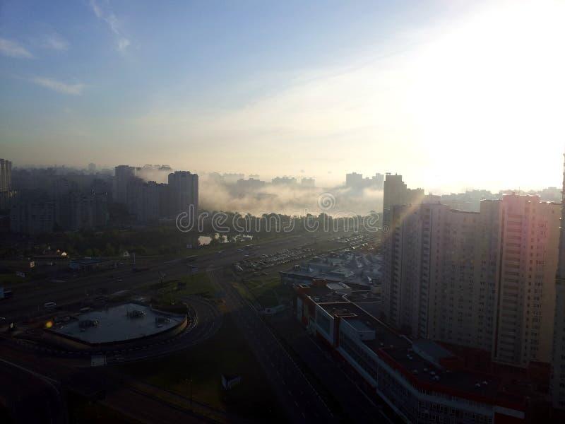Brouillard autour de Kiev images stock