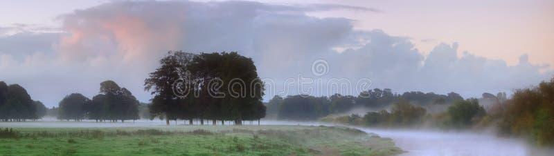 Brouillard d'aube sur le fleuve Éden images stock