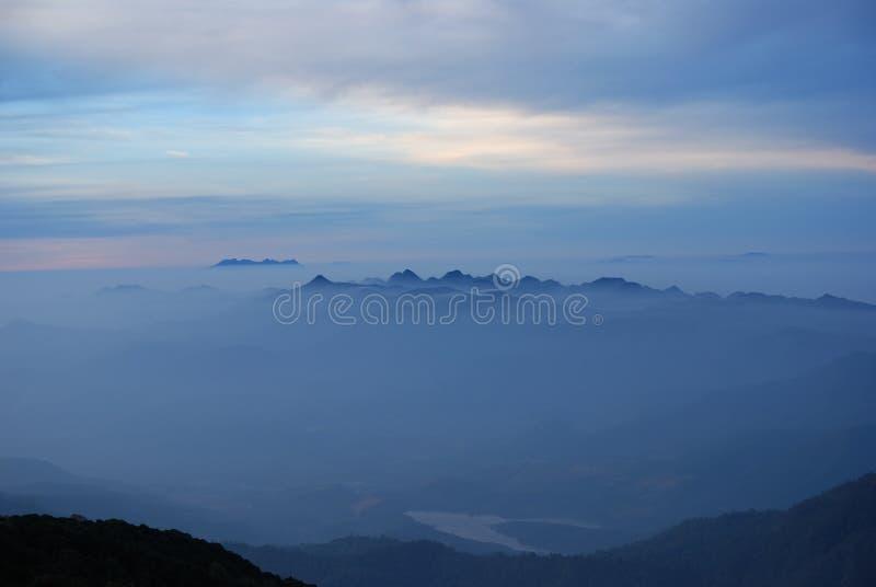 Brouillard de matin à tropical au lever de soleil Chiangmai photo libre de droits