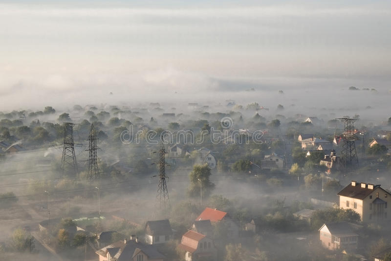 Brouillard de matin d'été au-dessus de la ville photographie stock libre de droits