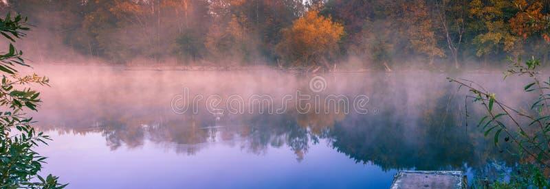 Brouillard de matin sur le lac photo libre de droits