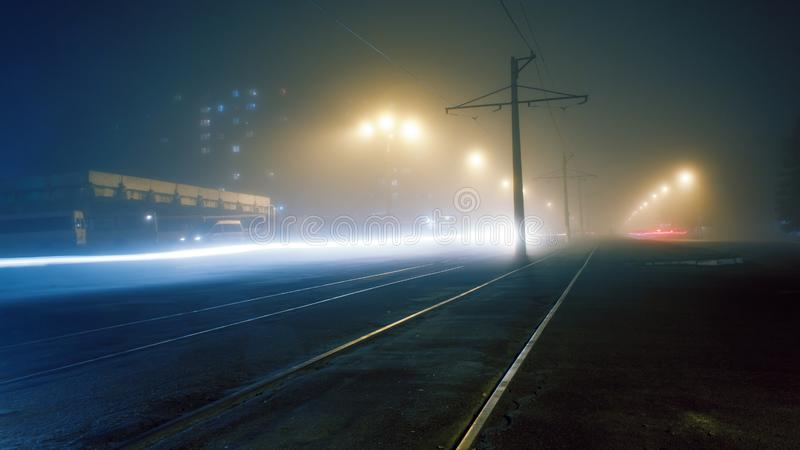Brouillard de soirée sur les rues de Dnieprodzerjinsk photos libres de droits