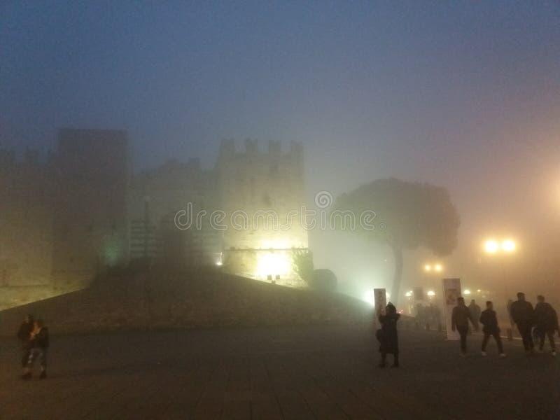Brouillard de ville, château brumeux Prato photos stock