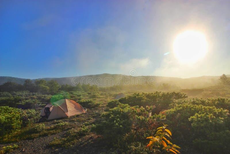 Brouillard de volcan Golovin images stock
