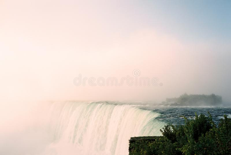Brouillard et brume de chutes du Niagara images libres de droits