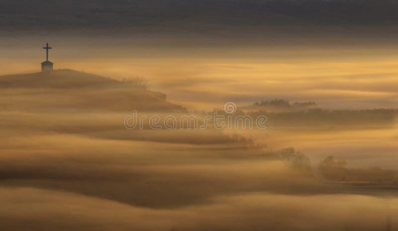 Brouillard et croix au début de la matinée photos stock