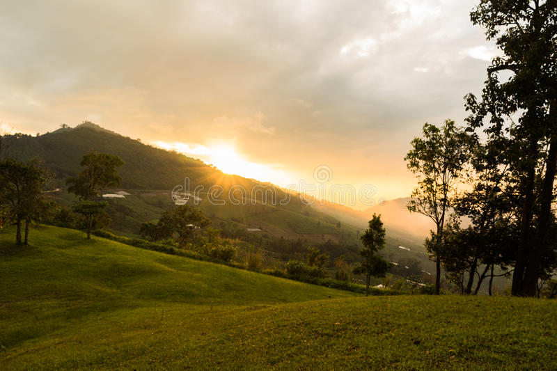 brouillard et nuage au-dessus des montagnes photo libre de droits