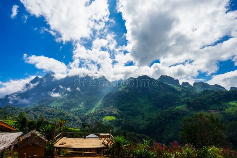 Brouillard et nuage au-dessus des montagnes vertes sur le fond de ciel bleu dans le tha photos stock