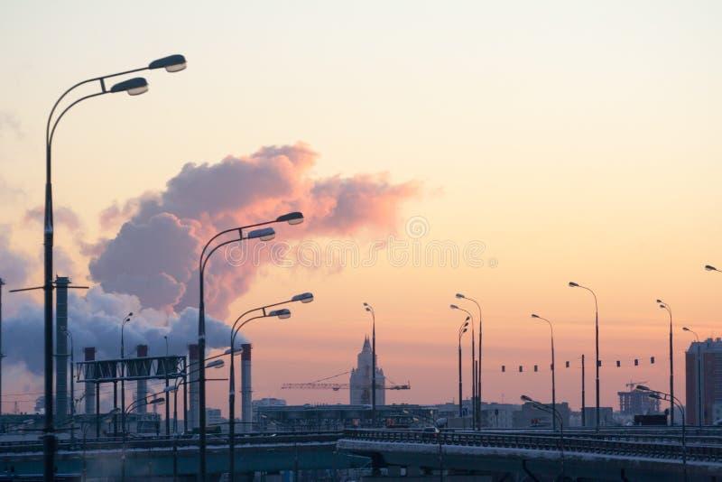 Brouillard et vapeur de soirée au-dessus de la ville photographie stock libre de droits