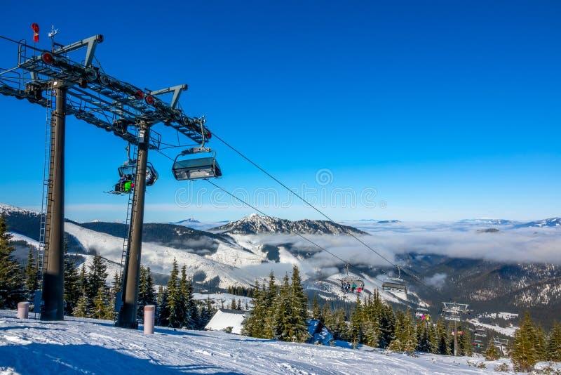 Brouillard léger entre les sommets et la chaise de levage images libres de droits