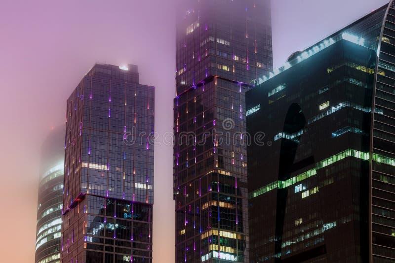 Download Brouillard Moderne De Nuit D'immeuble De Bureaux Image stock - Image du construction, fragment: 87709095