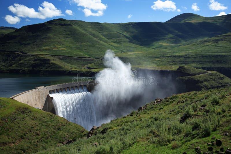 Brouillard se levant au-dessus du mur de barrage de Katse au Lesotho photographie stock
