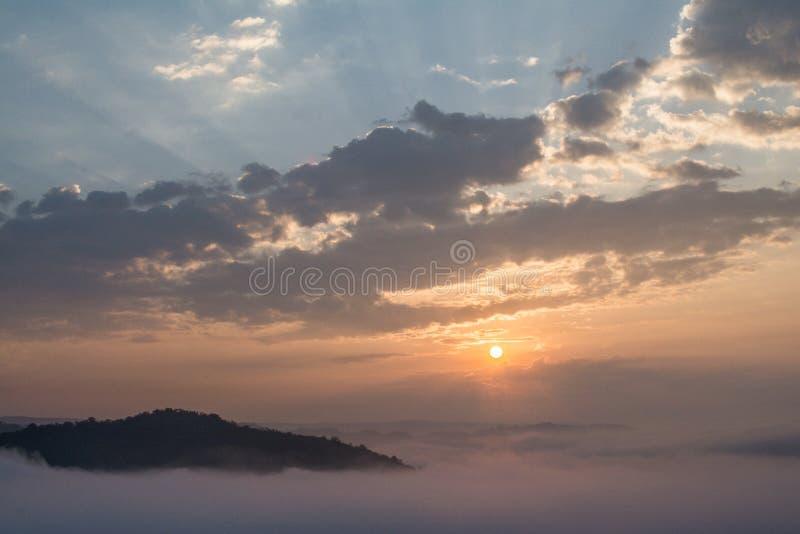 Brouillard se levant dans le matin image libre de droits