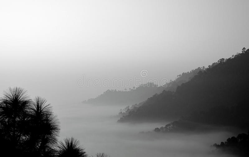 Brouillard sur des montagnes pendant le matin images stock