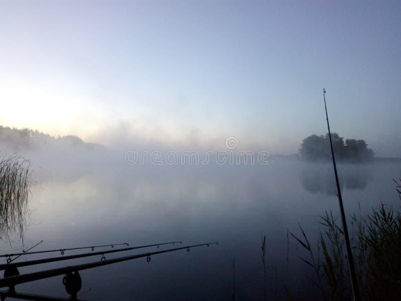 Brouillard sur la pêche de matin image libre de droits