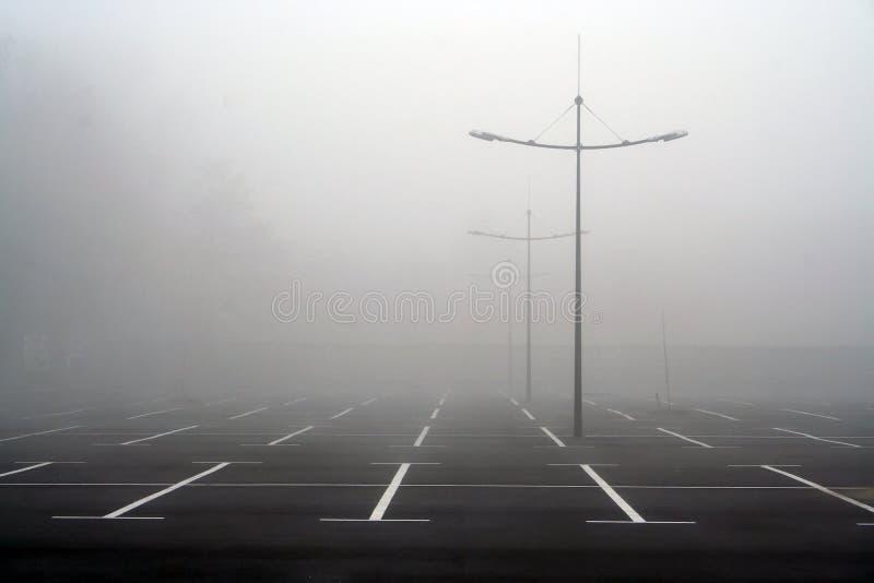 Brouillard sur le parking photos stock