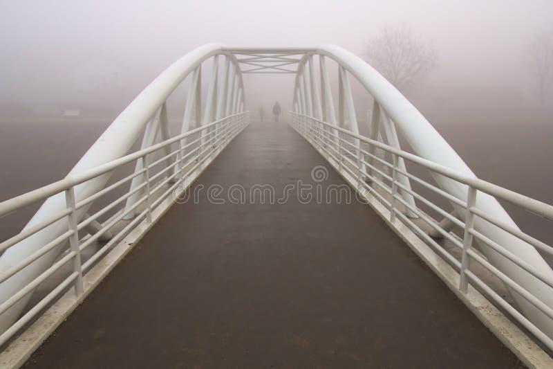 Brouillard sur le pont photos stock